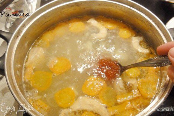 Как только картофель будет готов, введите в бульон икру. Икра должна быть рассыпчатой в бульоне, а не плавать кусочками. Варите еще минут 5 и снимайте с плиты.