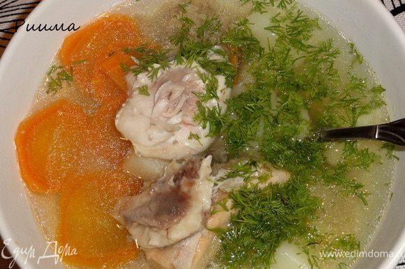 Уха готова! Подайте ее с кусочком рыбы (особенно вкусны щечки у щучьих голов!) и зеленью укропа. Приятного аппетита!