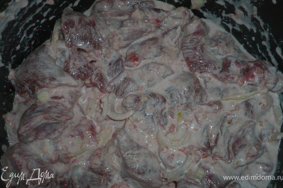 Залить мясо соусом, посолить, поперчить и перемешать. Мультиварку включить и поставить на режим тушения на 2 часа.