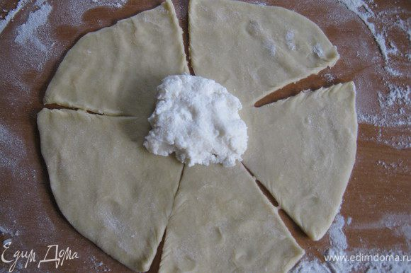 Тесто раскатываем на небольшие лепешечки. С помощью ножа делаем листики, как на ромашке.
