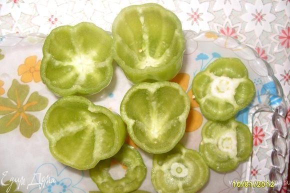 """Также очистить перец и помидоры, сок из помидоров не выбрасывать,он нам ещё понадобится.И ещё-сделать своеобразные крышечки-""""шляпки"""" для баклажан, перца и помидоров (как на рисунке."""