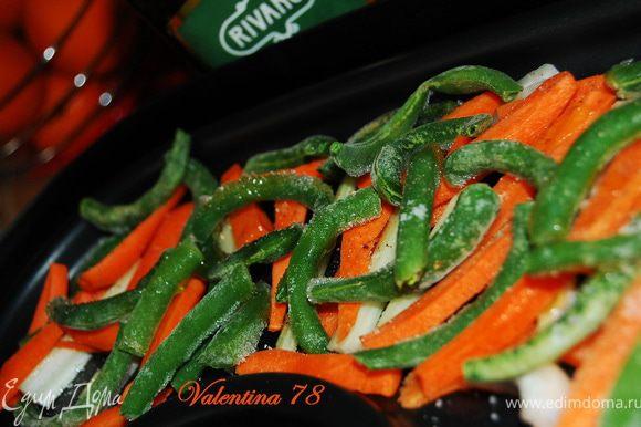 Овощи почистила ,нарезала брусочками.Выложила на противень пароварки слоями:Сельдерей,морковь,фасоль.Посолила,поперчила,сбрызнула оливковым маслом.