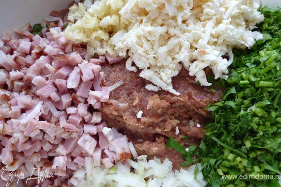 Сыр натираем на крупной терке,грудинку нарезаем мелким кубиком,чеснок раздавить и тоже мелко нарезать,луковицу нарезать очень мелко.Зелень тоже нарезать мелко.