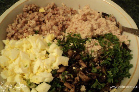 Готовые филе с луком и шампиньоны измельчить в блендере и добавить к гречке. Туда же добавить мелко порезанные вареные яйца и петрушку, 2 ст.ложки сметаны,
