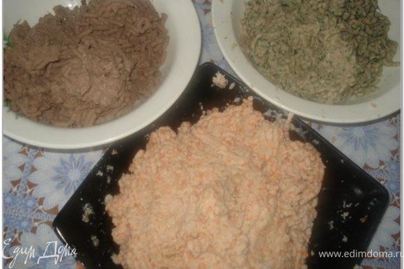 Каждый вид мяса пропустить через мясорубку с вымоченной булкой и луковицей. Свинину/говядину пропустить с салом. Куриные грудки пропустить с морковью вареной (но лучше взбить морковь в блендере в пюре, а затем добавить в мясо).