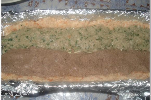 Затем выложить полоской вдоль паштет из свинины и рядом полоску паштета из печени.