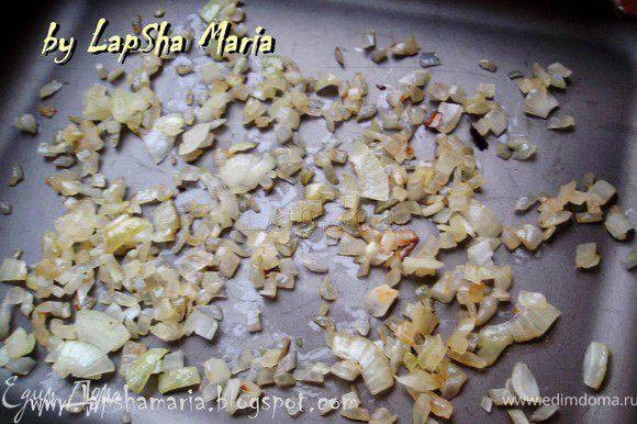 Обжарим на сливочном масле тонко нарезанный лук. Смажем дно формы для запекания сливочным маслом и положим слой лука.
