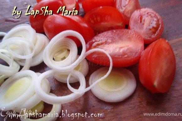 Нашинковать лук порей, а помидорки порезать пополам.