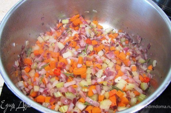 Нагрейте растительное масло в широкой неглубокой кастрюле с толстым дном. Положите туда шалфей (листья свежего или щепотку сушеного). Если у вас свежие листья шалфея, то вытащите их через полминуты. Если сушеный не вытаскивайте. Сразу положите все овощи, кроме тыквы (репчатый лук, чеснок, стеблевой сельдерей, морковь, жгучий перец). Посолите и поперчите. Положите листочки розмарина. Жарьте овощи (а точнее тушите) около 10 минут, периодически помешивая.
