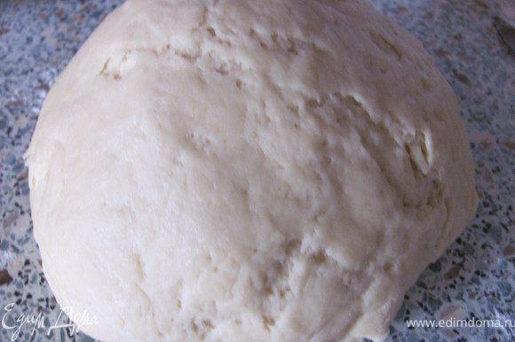 Замесить тесто. Для этого: растопить маргарин, добавить сахар и хорошо перемешать. Затем добавить яйцо, сметану и соду гашеную лимонным соком. Все перемешать и постепенно вводить муку. Замесить тесто и поставить в холодильник минимум на час.