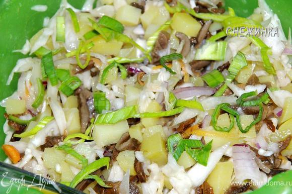 Все подготовленные продукты смешиваем в глубокой миске, добавляем зелень.