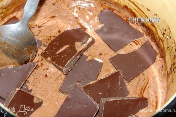 Теперь кладем поломанный на кусочки шоколад, и постоянно помешивая, доводим шоколад до растворения.