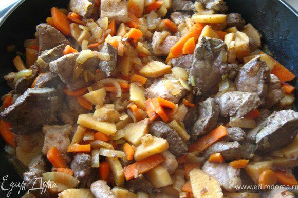 Соединяем овощи и печень,солим, добавляем сухое вино. Тушим 10 минут на среднем огне.