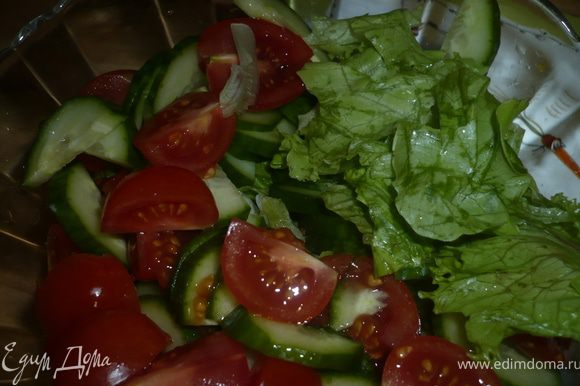 порвем салат руками, порежем полукольцами огурец и черри помидорки на 4 части