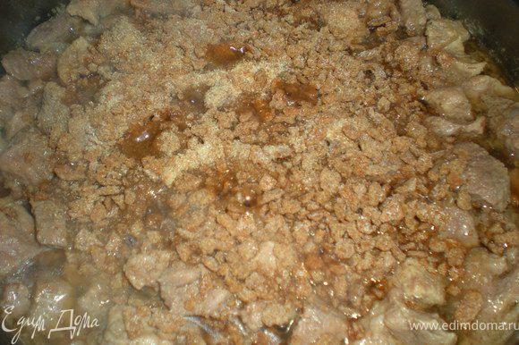 Полученные крошки высыпать в кастрюлю с мясом и вылить оставшееся пиво.Тушить ещё минут 15.