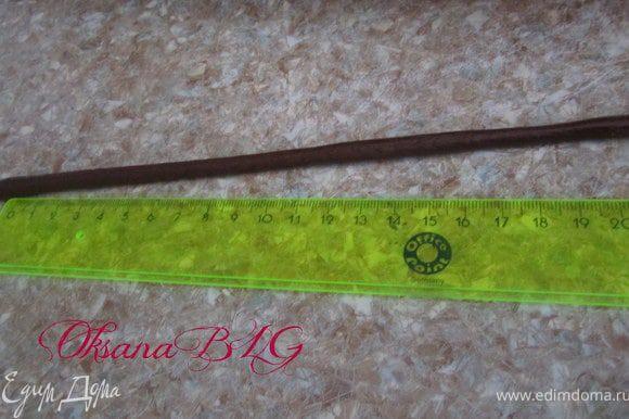 Для корзинки, скатать жгутик разрезать на равные части, длина жгутика должна быть на 5 см больше высоты торта. И жгутиков должно быть нечетное число.