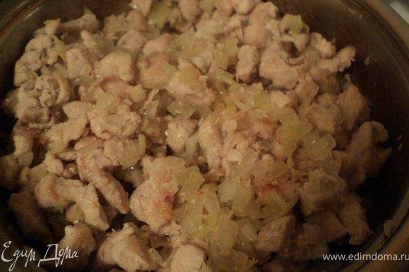 Добавить мелко порезанный лук, потомить 10 мин