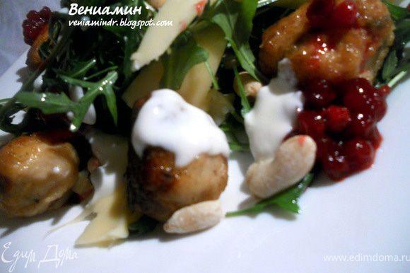 Соединить руколу, арахис, эмменталь (тонкую стружку), слегка заправить оливковым маслом. На тарелку выложить салат, поверх - теплые мясные шарики. Оформить брусничным соусом и при желании - йогуртом. Подавать немедленно!
