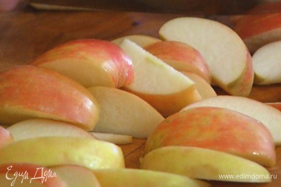 Яблоки, вырезав сердцевину, нарезать крупными дольками.