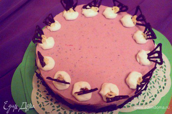 Украсить торт взбитыми сливками и шоколадными фигурками. Фото делала вечером при искусственном освещении.