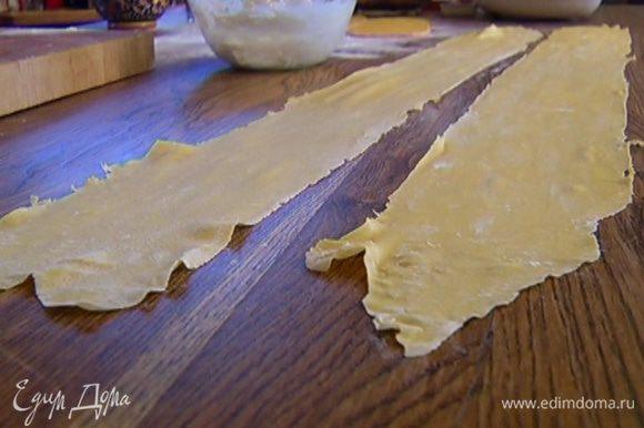 Отдохнувшее тесто выложить на рабочую поверхность, присыпанную мукой, и раскатать его в очень тонкий пласт (можно использовать машинку для раскатывания теста).