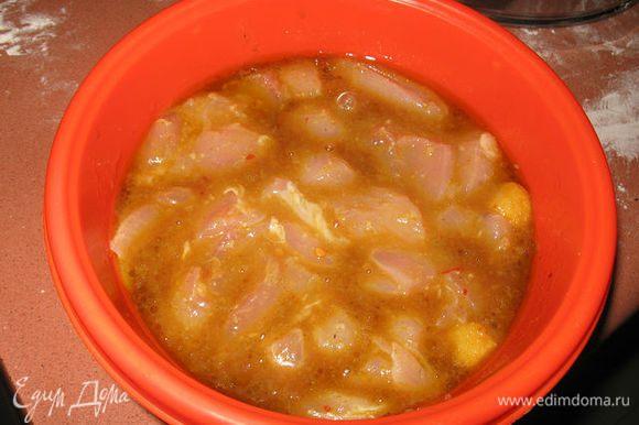 Готовим тесто( смешиваем все ингридиенты в колобок). Заворачиваем в пищевую пленку и кладем в холодильник на 30 минут. Тем временем филе курицы разрезаем на небольшие кусочки, солим и перчим ( я замариновала мясо на 5 часов в гранатовом маринаде).