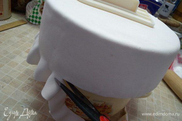 11. Нам станет видно, где закончился торт и из-за подставки лишняя мастика просто будет свисать. Срезаем ее ножом скользя по металлическому дну от формы под бисквитом. (фото со второго торта).