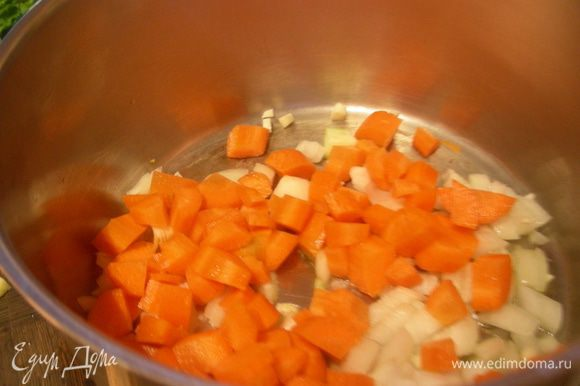 В кастрюле разогреваем масло и обжариваем 3-4 минуты лук, чеснок и морковь.