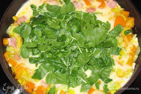 Через несколько минут добавьте взбитые яйца и шпинат. Все перемешайте.