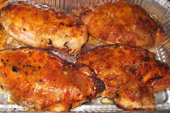 перекладываем в форму,в которой будет выпекаться мясо, поливаем каждую грудку оставшимся маринадом,выпекаем 15 мин.. ГРУДКИ ПОЛУЧИЛИСЬ ПИКАНТНЫЕ И СОЧНЫЕ.