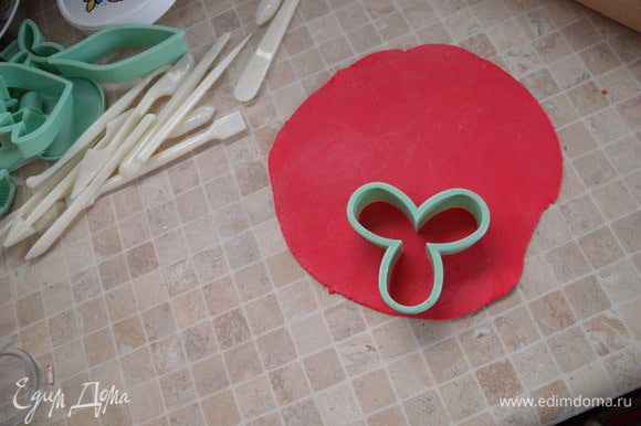 """3. На этом этапе формировки и раскатки я больше не пользуюсь пудрой, а пользуюсь картофельным крахмалом. Он не так вбирается в мастику и удобнее работать. Плюс потом нет """"белой пыли"""" на готовом изделии. На фото правда видно пудру, это фотки с первого торта, с пудровыми ошибками. Для второго торта я уже ею не пользовалась."""