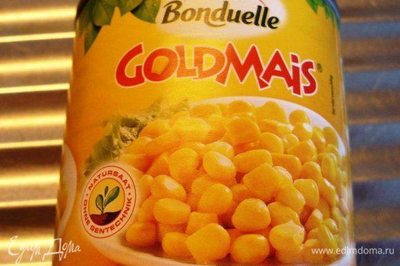 """По внутренней границы """"желткового кольца"""" выложить колечки оливок. На середину салатника выложить консервированную кукурузу."""