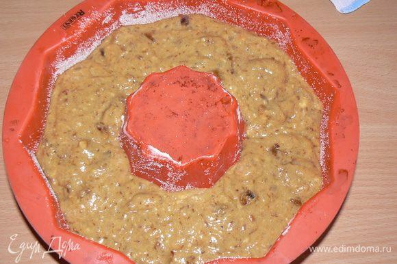 Выложить тесто в форму и выпекать около 30-40 минут,до готовности.