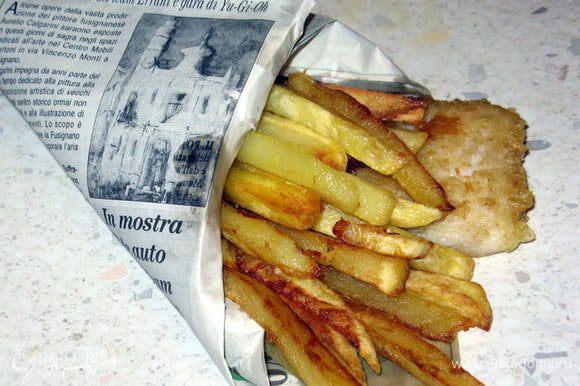 Достать рыбу шумовкой, перенести на кухонную бумагу, чтобы она впитала излишек жира и подать с картофелем и ломтиками лимона. Можно присыпать свежей петрушкой.