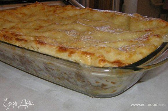 В форму для выпечки слоями выложить макаронное тесто для лазаньи, соус болоньезе, соус бешамель, натертый сыр. Повторять, пока не закончатся все ингредиенты, последний слой - сыр. Выпекать в разогретой духовке до 180 градусов около 30 минут.