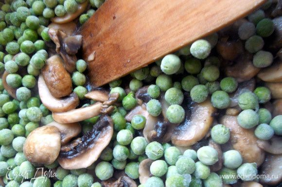 Добавить зеленый горошек, предварительно не размораживая, прогревать еще несколько минут.