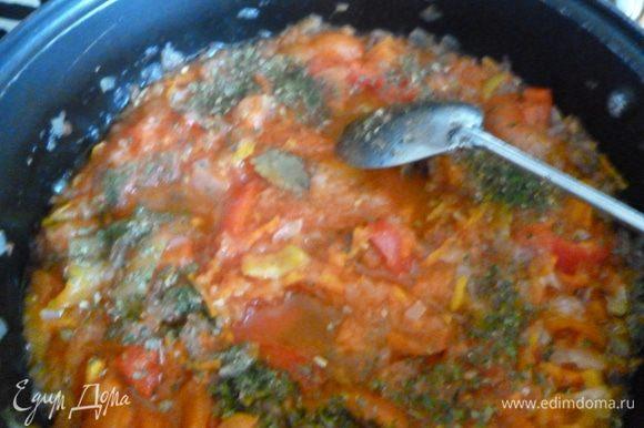 Теперь готовим соус:спасеруем на небольшом огне лук и морковь,затем добавим к ним огурцы и обжариваем до выкипания жидкости от огурцов,добавим протертые помидоры и протушим все 15минут,добавим болгарский перец,зелень(у меня в наличии был сушеный укроп и петрушка),кусочек лаврушки,посолим и поперчим и протушим еще 5минут.