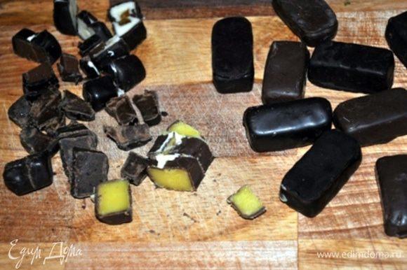 конфеты порезать на кусочки, добавить к тесту и ложкой аккуратно перемешать. Тесто разложить в формочки и выпекать при 180 гр. около получаса. Готовность проверить палочкой.