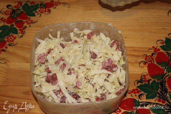 смешиваем капусту колбаски и майонез и наслаждаемся вкусом