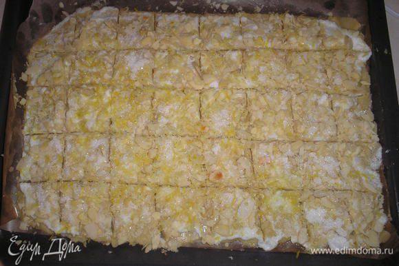 Нарезаем печенье на квадраты.