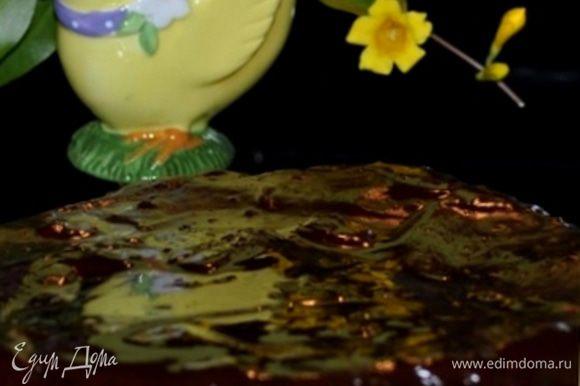 Сделать глазурь: помешивая, растопить на медленном огне шоколад с оставшимся маслом и сливками. Если глазурь получается слишком густой, добавить еще сливок. Разрезать корж вдоль на два тонких. Смазать нижний корж апельсиновым джемом, накрыть верхним коржом и покрыть шоколадной глазурью, равномерно распределив ее.