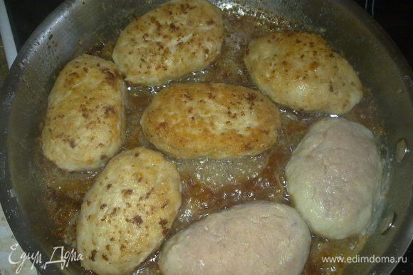 Обжариваем на сковородке 5 - 6 минут до золотой корочки и выкладываем в кастрюльку.