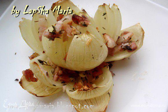 В качестве закуски целую луковицу можно раскрыть как красивый цветок и подать каждому гостю на отдельной тарелке. Приятного аппетита!