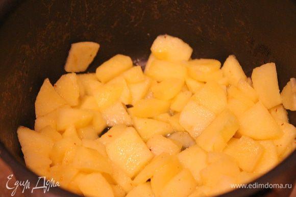 Яблоко разрезать на небольшие кубики, положить в кастрюльку, добавить сливочное масло. Пусть немного подрумяниваются.