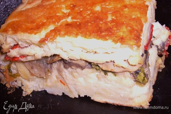 В прямоугольную форму,смазанную маслом,выложи пергамент,затем половину пюре смешанное со взбитыми яицами,затем грибы с зеленью и перец и остальное картофельное пюре.Поместить в разогретую духовку до 180 г и печь около 40 мин.Как появиться румянец:)Когда переварачиваете на блюдо,можно посыпать сверху сыром.Приятного аппетита!