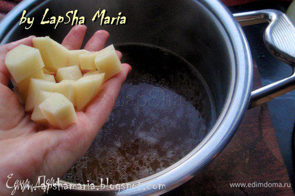 Очистить картофель, морковь и лук. Картофель нарезать на кубики небольшого размера и добавить в суп. Варить минут 10.