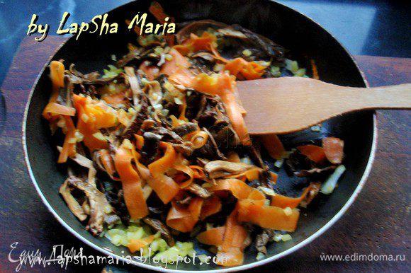 Тем временем, мелко нарезать лук, а морковь порезать на полоски, я это делаю с помощью овощечистки (получается тонко и быстро). На смеси масел обжарить лук и морковь в течении 3-4 минут. Затем добавить грибы и прожарить все вместе ещё 5 минут.