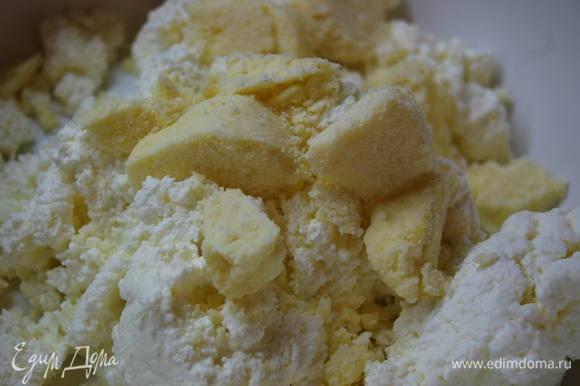 А пока займемся приготовлением сырной составляющей. Смешаем творог,сыр.