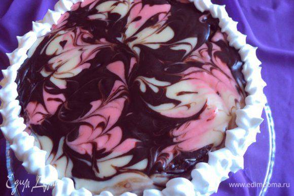 Оставшиеся сливки взбить с сахаром и загустителем до плотной массы Нанести сливки на бока торта и украсить край торта.