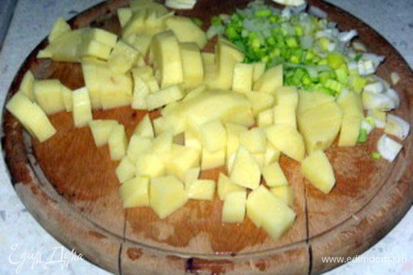 Лук мелко нашинковать.Картофель нарезать на кубики.